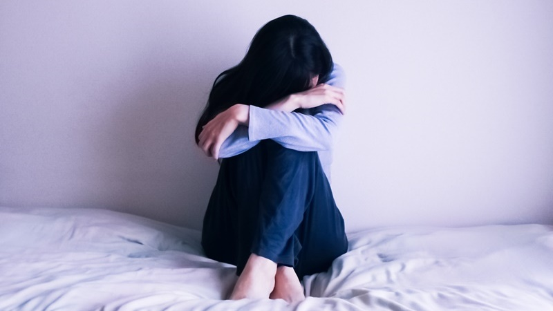 仕事や人間関係のストレスを抱える女性