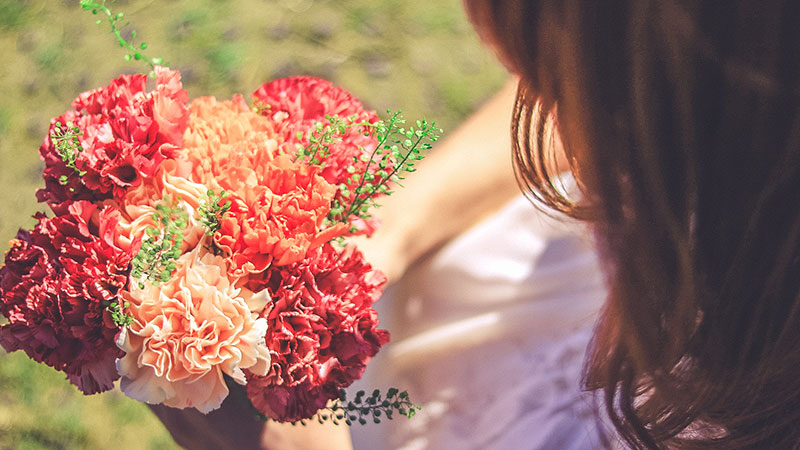 花を見つめる女性